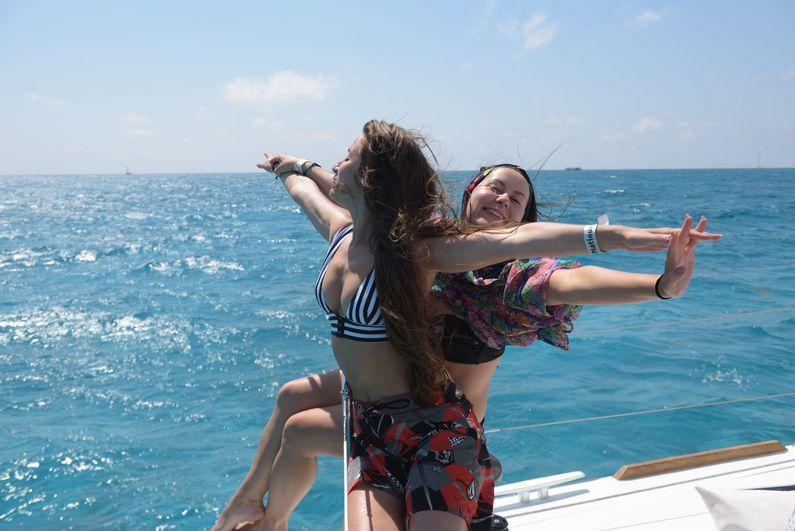 Girls_on_boat