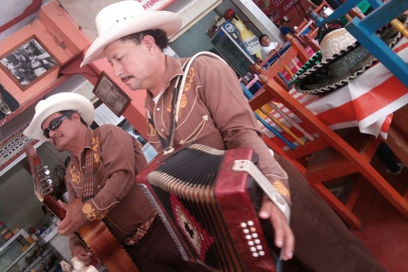 Mexicans_playing_music